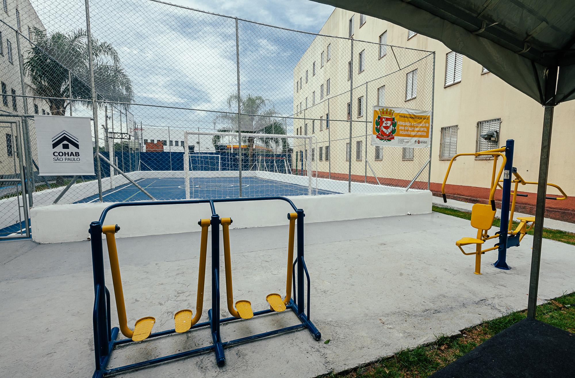Equipamentos de ginástica, ao fundo a quadra poliesportiva entregues no Conjunto Habitacional Minas Gás