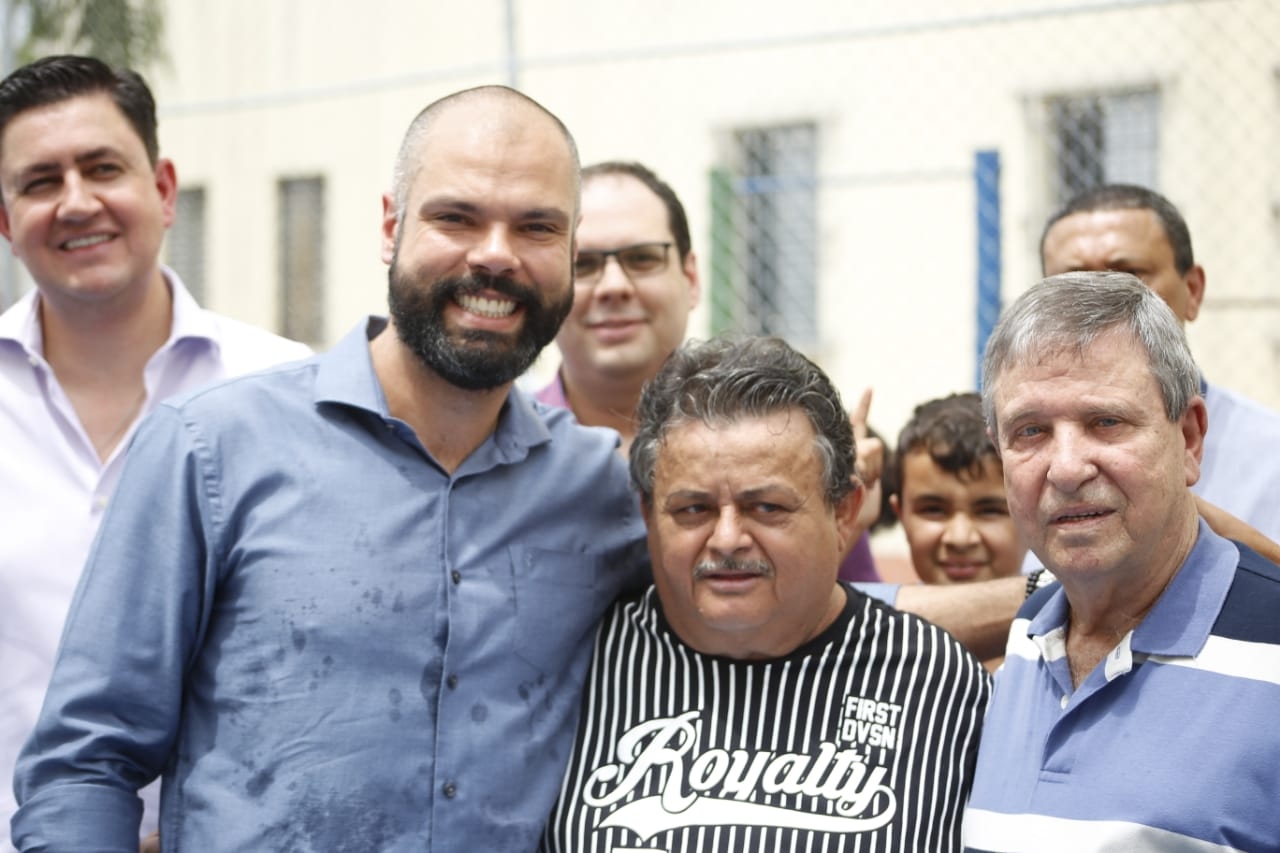 Ao fundo o presidente da Cohab-SP, Alexsandro Peixe, o secretário de Habitação Aloísio Barbosa Pinheiro,à frente, abraçãdo com um morador, o prefeito Bruno Covas e ao lado o vereador Claudinho de Souza