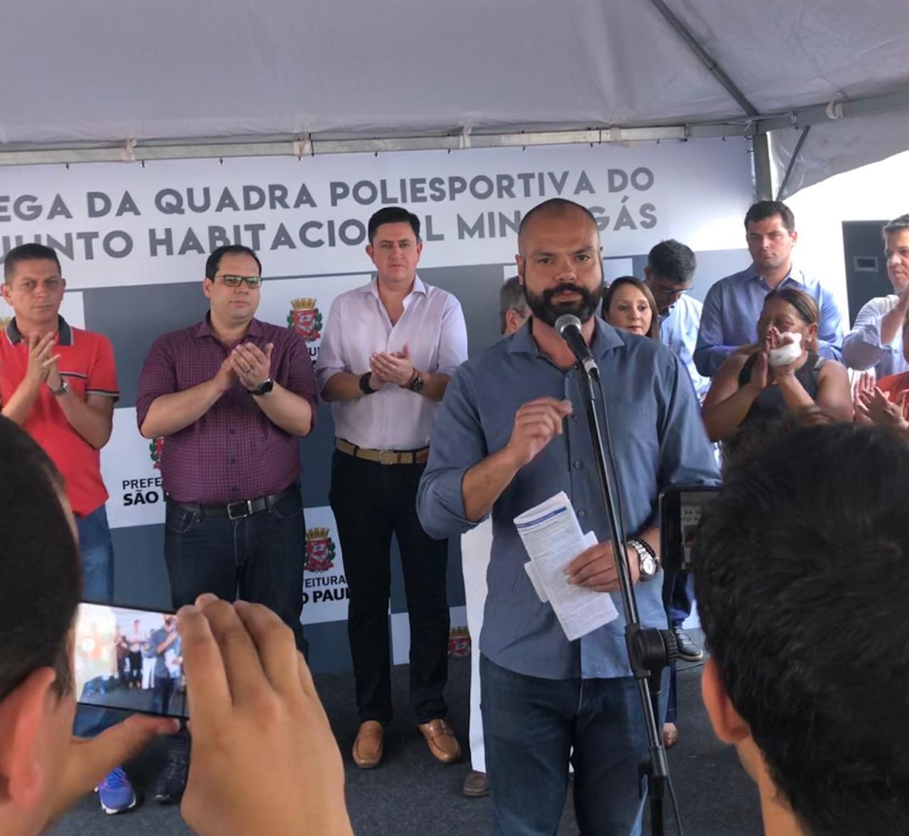 No palco, ao fundo o secretário de Esportes João Farias, o secretário da Habitação Aloísio Barbosa Pinheiro, o presidente da Cohab-SP, Alexsandro Peixe, à frente o prefeito Bruno Covas