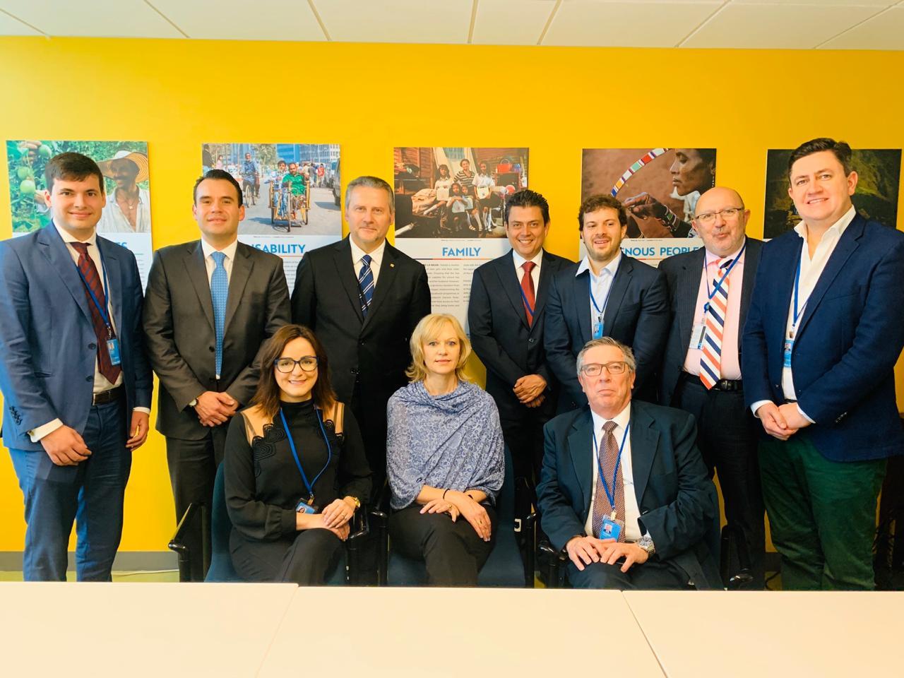 A foto foi tirada de representantes do mundo inteiro, e ao lado direito está o presidente da Cohab Alex Peixe, todos sorrindo para a foto.