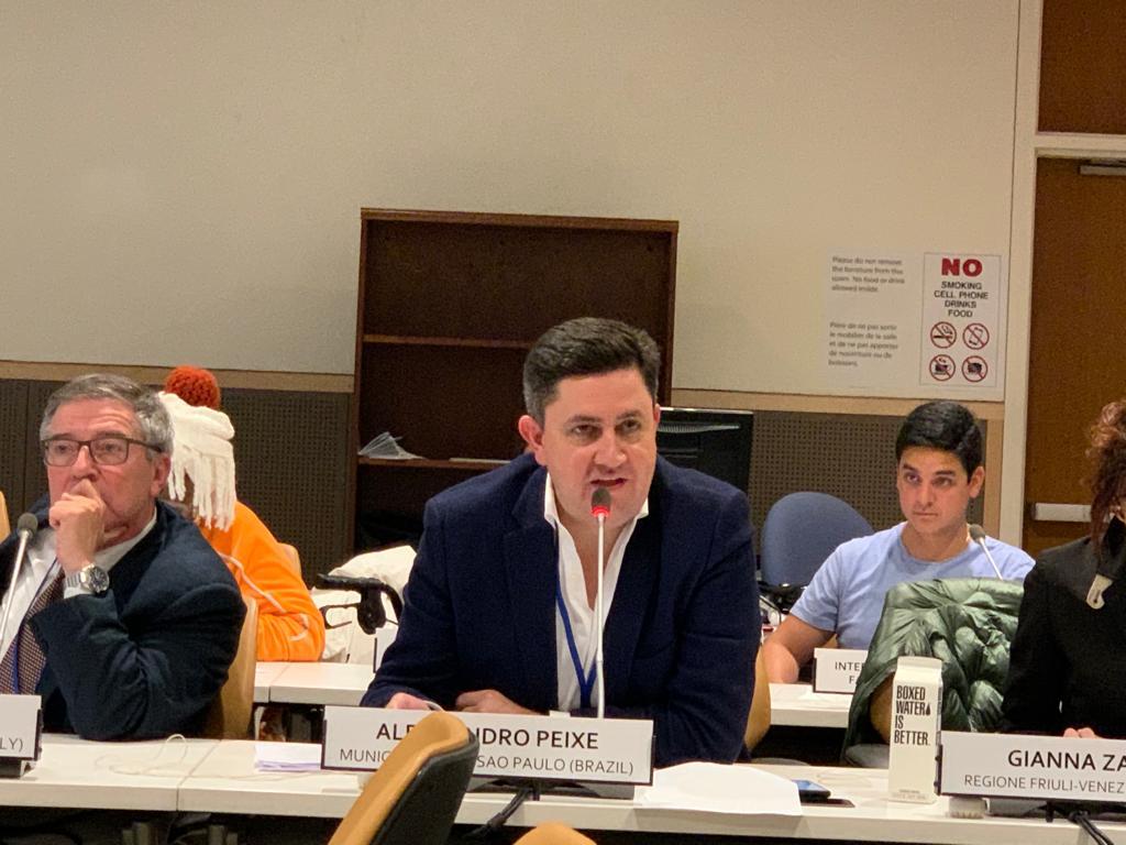 A foto foi tirada do presidente da Cohab, Alex Peixe, falando ao microfone no evento da ONU.