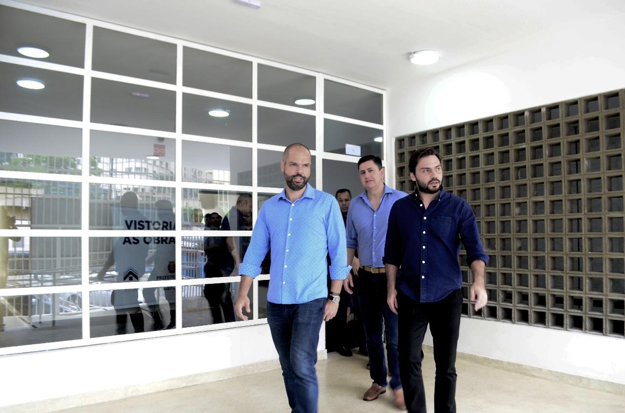 Imagem com Prefeito Bruno junto ao presidente da Cohab Alexsandro Peixe na entrada do condomínio que possui uma rampa para cadeiras e roda