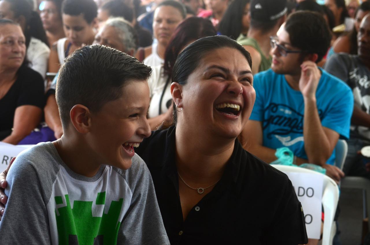 A moradora Marlene Martinez e seu sobrinho Ygor sorrindo olhando para o lado