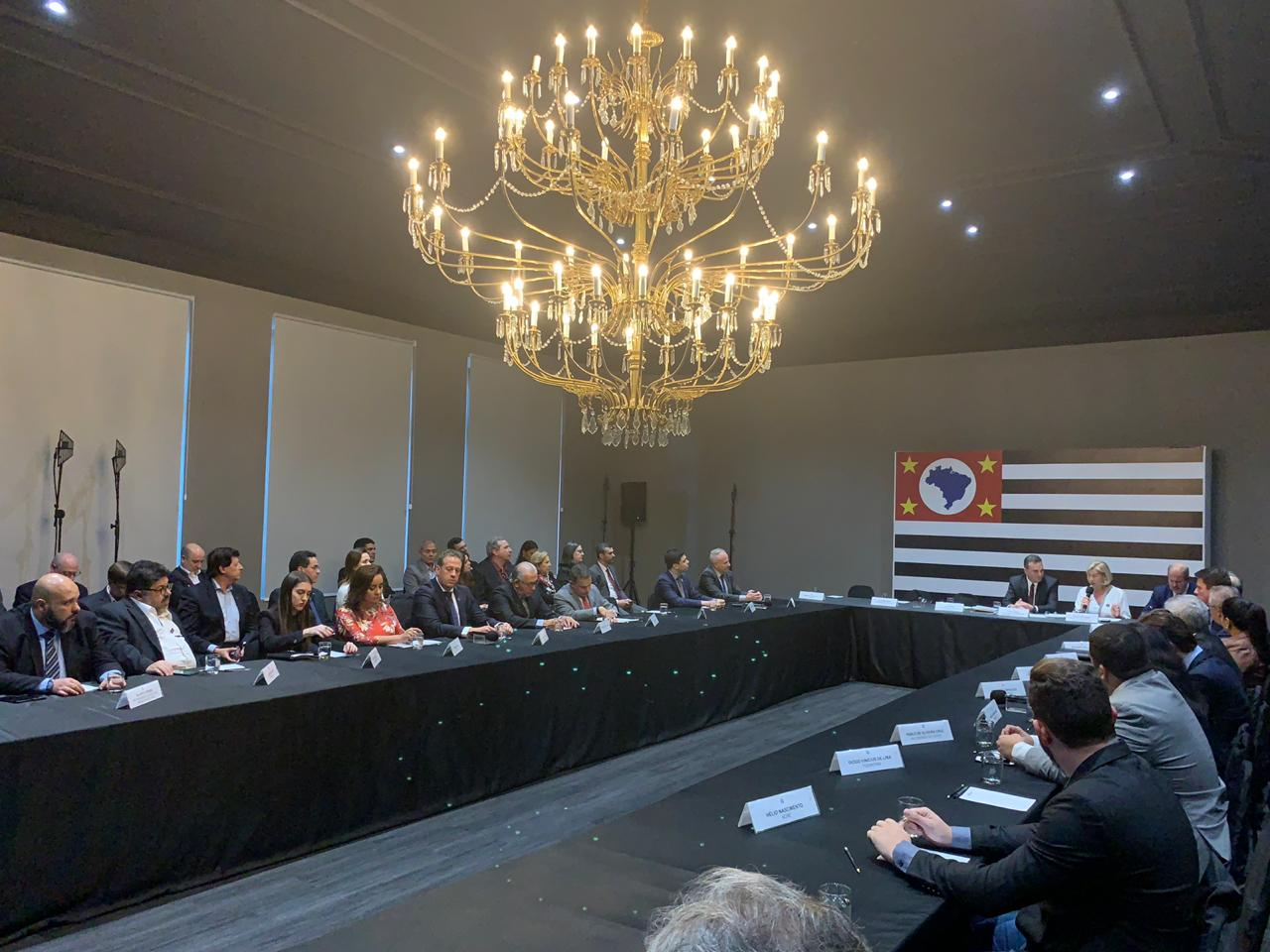 A foto foi tirada no Palácio dos Bandeirantes da Assembleia que foi realizada.