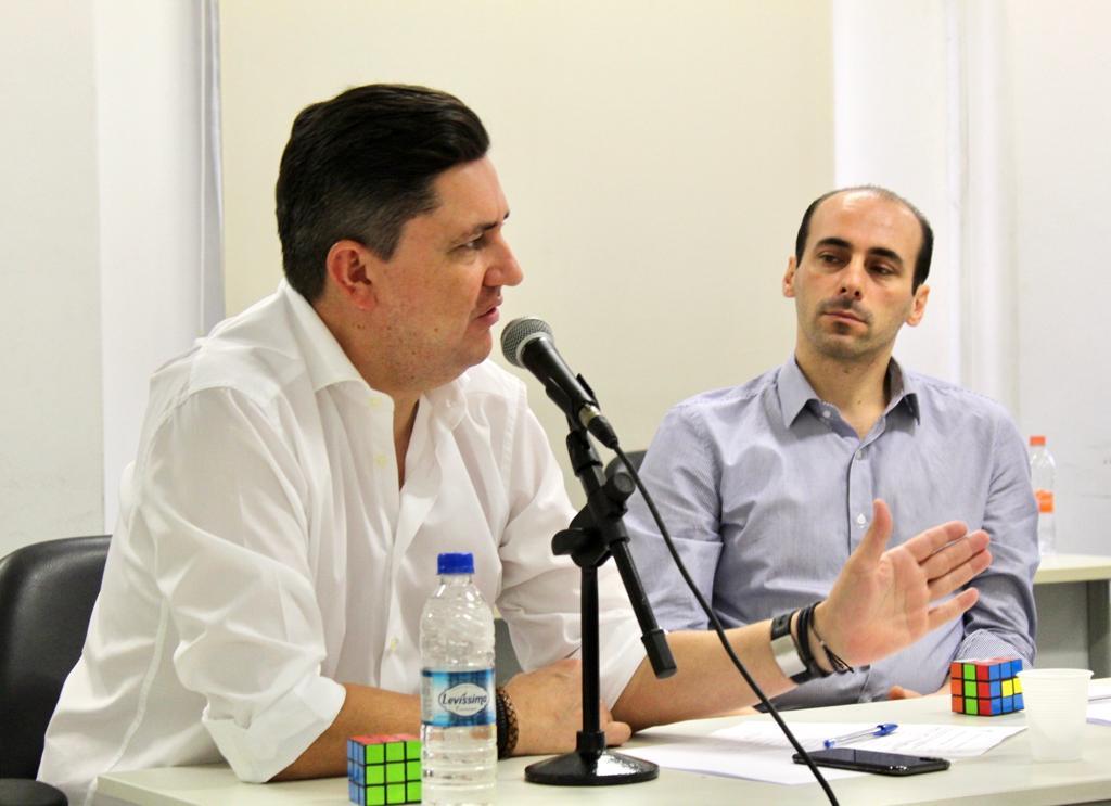 Na foto, ao lado esquerdo está o presidente da Companhia, Alex Peixe, sentado ao seu lado está o secretário de gabinete, Leandro Medeiros.