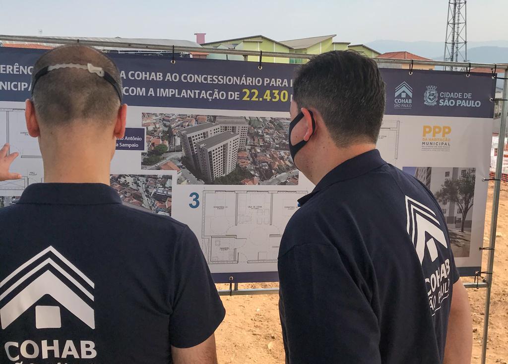 Da direita para a esquerda. Prefeito Bruno Covas e o Presidente da Cohab Alex Peixe, olham a placa com o projeto completo da PPP