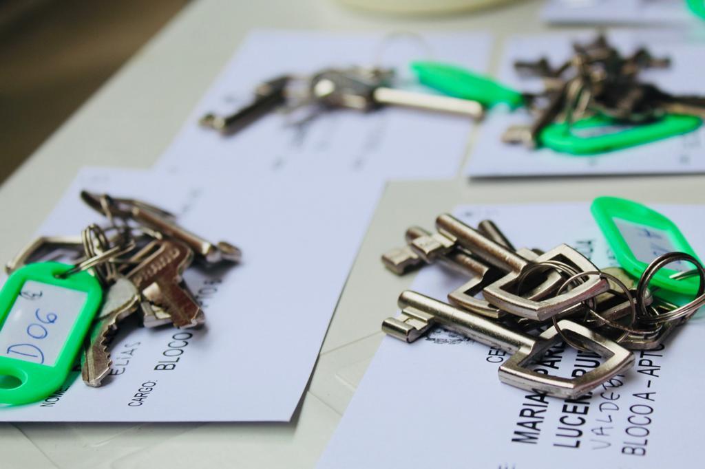 A foto está focada nas chaves dos apartamentos.