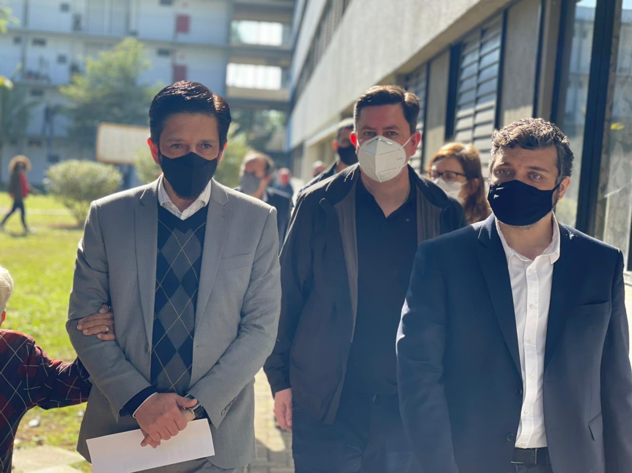 Ao lado esquerdo da foto está o Prefeito Ricardo Nunes, ao meio está o presidente da Cohab São Paulo, Alex Peixe, e ao lado direito está o Secretário Municipal de Habitação, Orlando Faria. Todos estão usando máscara.